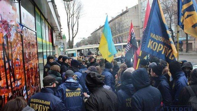 У Тернополі протестувальники замурували входи до російського «Сбербанку»