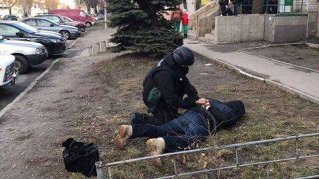 На Київщині затримали поліцейських, які торгували зброєю