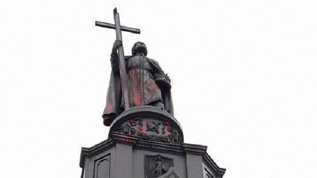 Услід за пам'ятником Телізі в Києві облили фарбою монумент князю Володимиру
