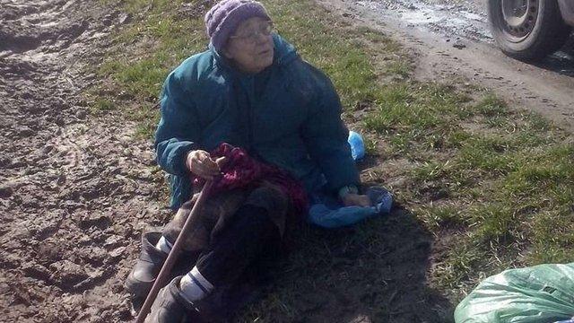 Львів'янка залишила посеред поля свою 85-річну матір