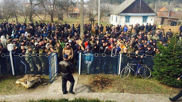 На Рівненщині майже дві сотні бурштинокопачів блокували відділ поліції
