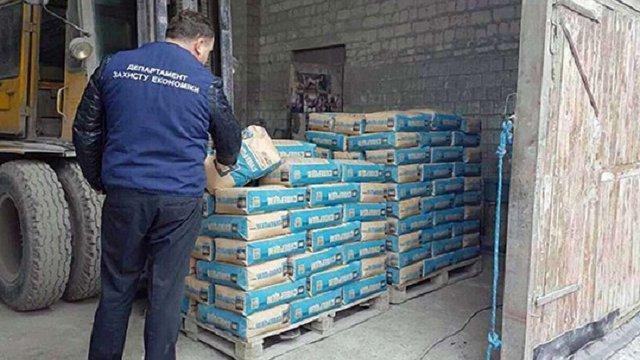 На Хмельниччині поліція викрила підпільний цех з виробництва цементу