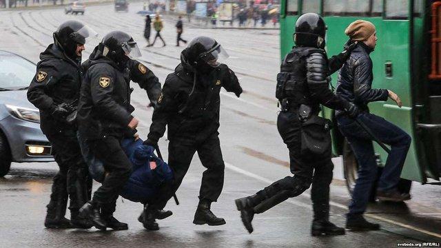 У мережі з'явилося відео масових затримань білорусів на святкуванні Дня Волі у Мінську