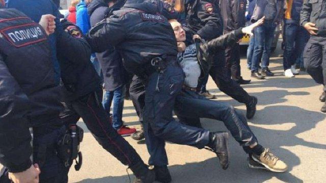 У Росії на антикорупційних мітингах поліція проводить масові затримання
