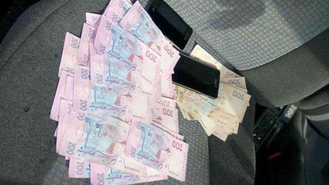 У Києві одного з керівників поліції області зловили на хабарі у ₴30 тис