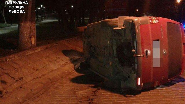 Нетверезий водій влетів у дерево і перекинув мікроавтобус у Львові