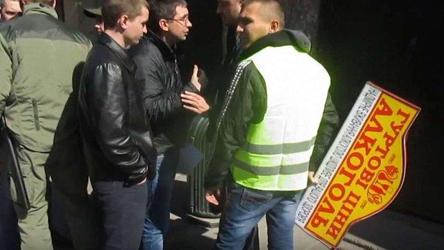 Під час демонтажу вивісок на львівських комунальників напали представники алкомагазину