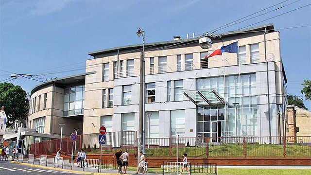 Усі консульства Польщі призупинили роботу в Україні після нападу на генконсульство в Луцьку