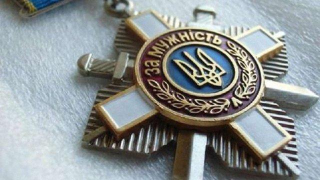 Сестра загиблого в Іл-76 десантника повернула Порошенку орден брата