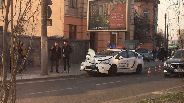 Машина патрульної поліції у Львові влетіла в електроопору
