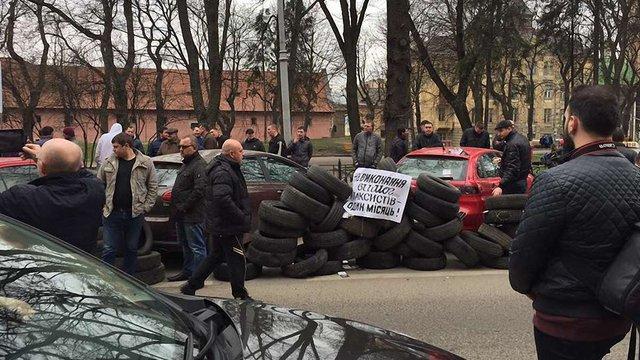 У Львові таксисти шинами заблокували вхід до ЛОДА