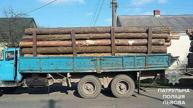 На Львівщині патрульні зупинили два автомобілі з деревом без документів
