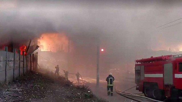 У Києві біля станції метро «Петрівка» сталася пожежа на складах