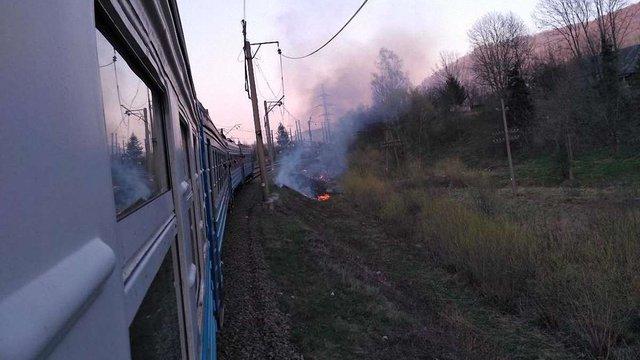 На Львівщині через спалювання трави зупинилися потяги