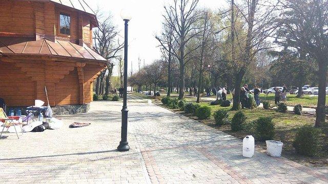 Громадські активісти облаштували сквер навколо військового храму у Львові
