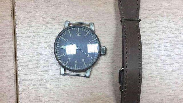 В Києві чоловік за хабар хотів переслати до Польщі антикварний німецький годинник