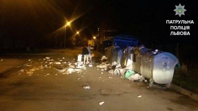 У Львові патрульні змусили підлітків прибрати сміття, яке вони розкидали по дорозі