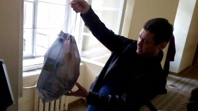 Російськомовний львів'янин заніс до Ратуші пакет зі сміттям «спеціально для мера»