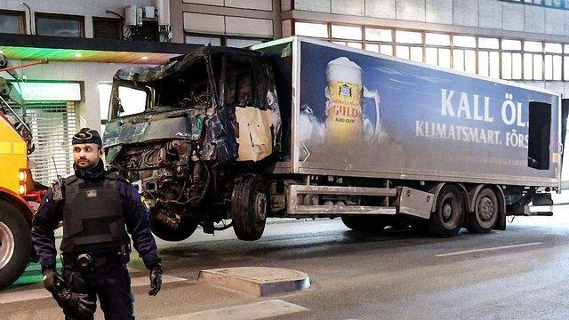 У Швеції поліцейські затримали водія, який направив вантажівку на пішоходів