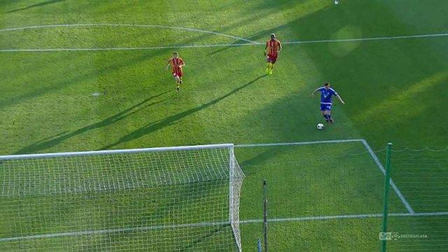 У матчі польського чемпіонату футболіст обіграв воротаря і пробив у штангу порожніх воріт