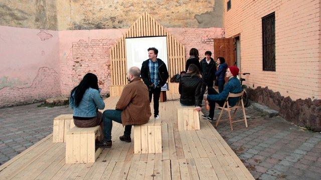 На Підзамчі відкрили простір для вуличних лекцій та кінопоказів