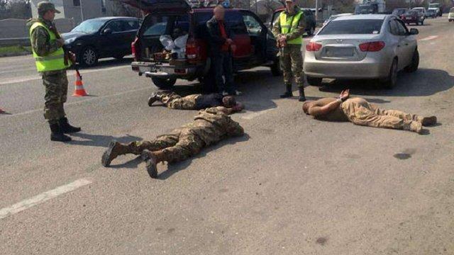 На блокпосту під Харковом поліція затримала людей у камуфляжі з арсеналом зброї