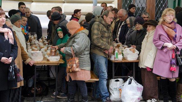 У Львові понад 300 нужденних взяли участь у великодньому сніданку з міським головою
