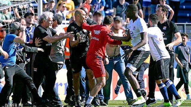 У Франції фанати зірвали футбольний матч та змусили гравців команд ховатися у роздягальні