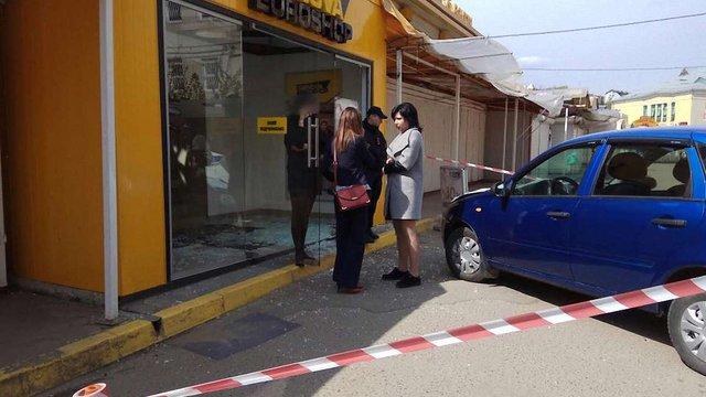 Невідомий в'їхав у магазин Краківського ринку та втік з місця ДТП
