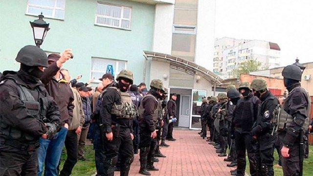 Близько 30 озброєних осіб захопили приміщення «Черкасиобленерго»