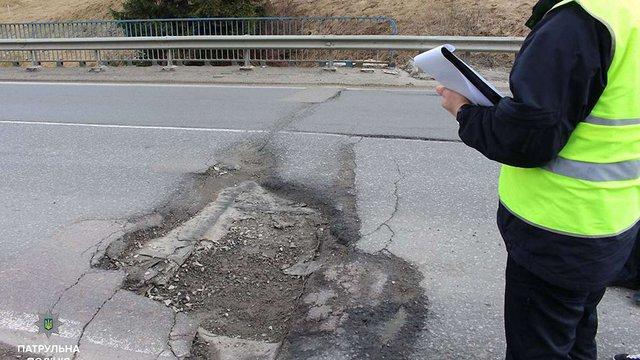 Патрульні Львова штрафують дорожників за погані дороги
