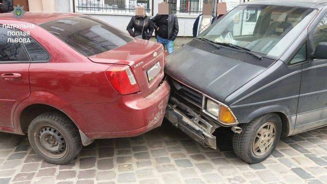 У Львові нетверезий водій пошкодив чотири припарковані автомобілі