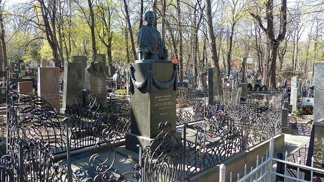 Вандали сплюндрували могилу Лесі Українки на Байковому кладовищі у Києві