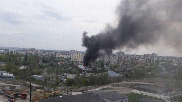На вул. Зеленій виникла пожежа через загоряння авто в гаражі