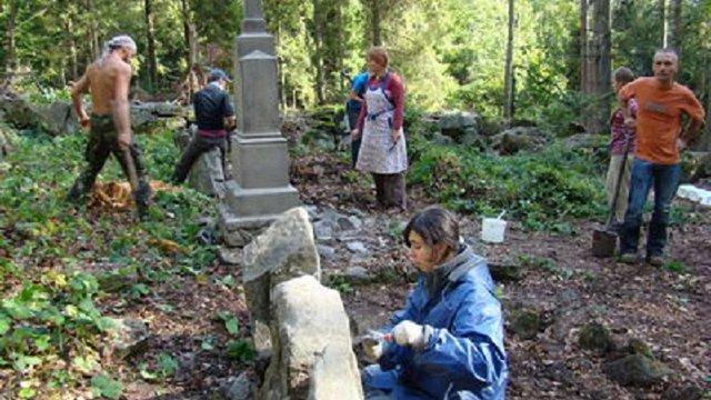 Волонтери відновлять понищені надгробки на території неіснуючого села на Турківщині