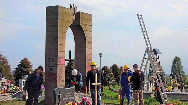УІНП заявив про призупинення легалізації польських пам'ятників в Україні