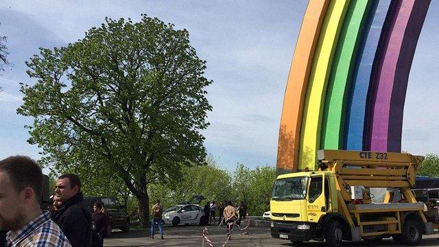Націоналісти в Києві зупинили розфарбування Арки дружби народів через «пропаганду ЛГБТ»