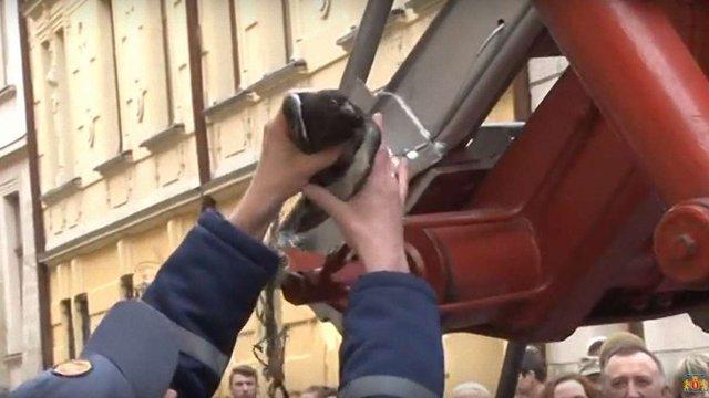 Львівські надзвичайники розповіли про порятунок голуба