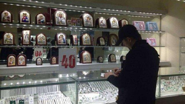 Озброєні злочинці за дві хвилини пограбували ювелірну крамницю у Києві