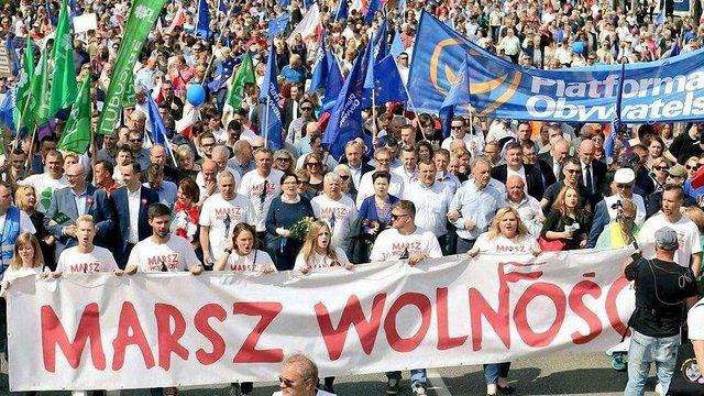 Десятки тисяч людей у Варшаві вийшли на протест проти уряду Качинського