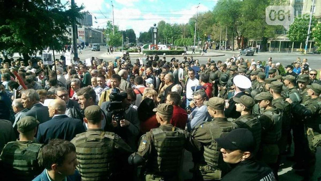 У Запоріжжі біля міськради побилися мітингувальники