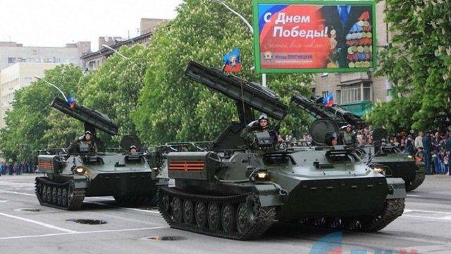 В окупованих Луганську та Донецьку бойовики провели паради з танками та «Градами»