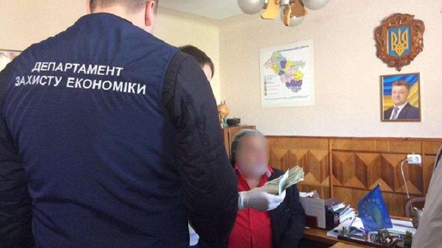 Головний лікар медзакладу на Львівщині за працевлаштування медсестри вимагав $500 хабара