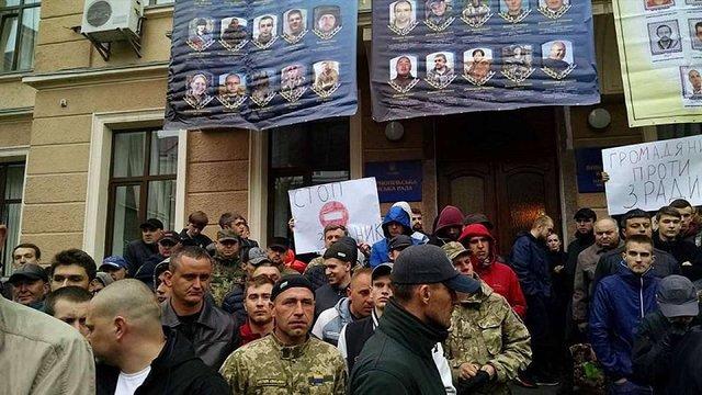 У Тернополі перед міськрадою потовклися «свободівці»