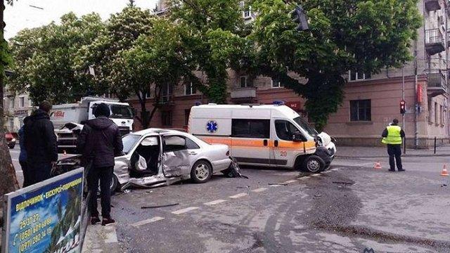 У Тернополі легковик протаранив карету швидкої допомоги