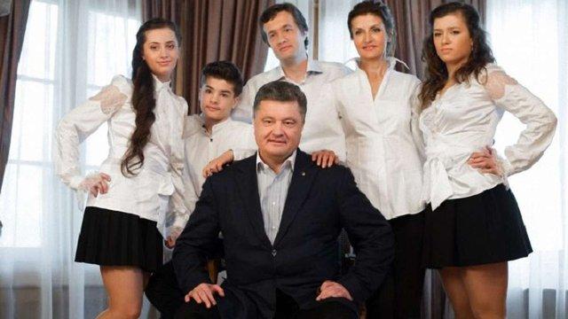 Порошенко провів виховну бесіду з сином через футболку з написом Russia