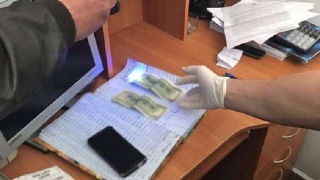 На хабарі $400 затримали інспектора Львівської митниці