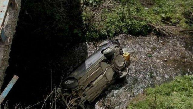 На Сколівщині автомобіль упав із моста в річку