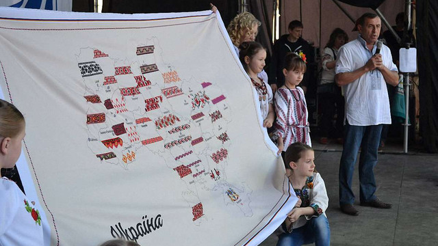 На День вишиванки у Львові показали вишиту карту України