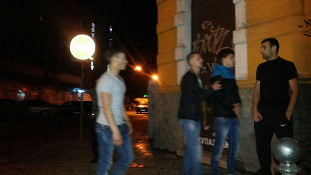 Львівські таксисти затримали хуліганів, які розбили світлофор в центрі міста